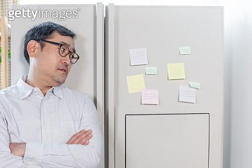 집 (주거건물), 냉장고, 메모, 포스트잇, 메시지 (정보매체), 중년남자 (성인남자), 외로움, 걱정 (어두운표정), 우울, 기댐 (정지활동)