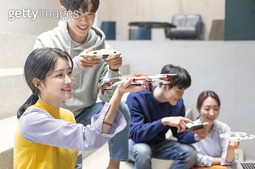청년 (성인), 청년문화, 드론, 동아리, 리모콘 (전기용품), 조절 (만지기), 미소