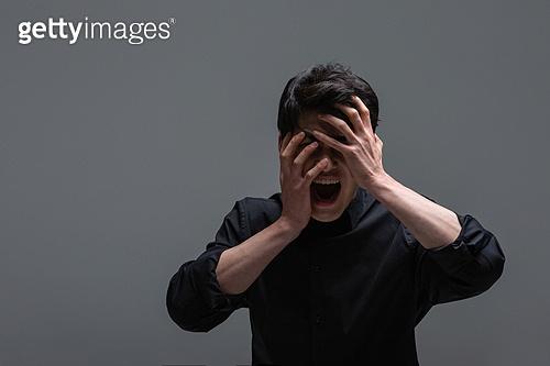 한국인, 한국인 (동아시아인), 동양인 (인종), 한명 (사람의수), 얼굴표정 (커뮤니케이션컨셉), 감정, 심각 (감정), 심각, 고통, 비명 (말하기), 스트레스 (컨셉), 피로 (물체묘사), 고역 (컨셉), 역경 (컨셉)