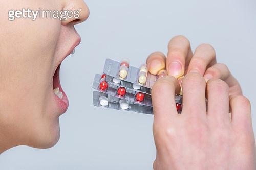 환자, 치료 (사건), 의학 (과학), 약 (의료품), 의료품, 약, 질병, 캡슐, 약국, 영양제, 알약, 중독, 약물남용 (사회현상), 약물남용, 먹기