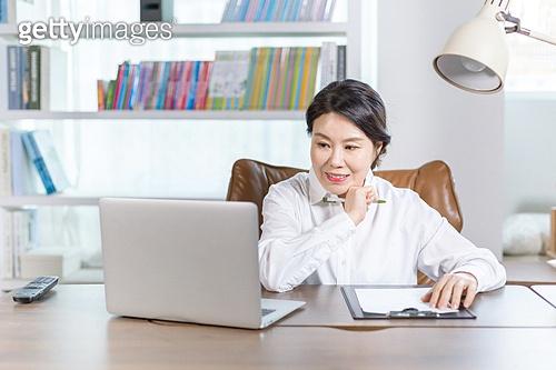 중년여자 (성인여자), 비즈니스우먼, 보험설계사 (금융직), 재취업, 미소
