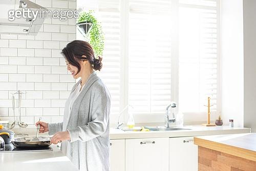 중년여자 (성인여자), 가정주방 (주방), 전업아내 (고정관념), 요리하기 (음식준비), 미소