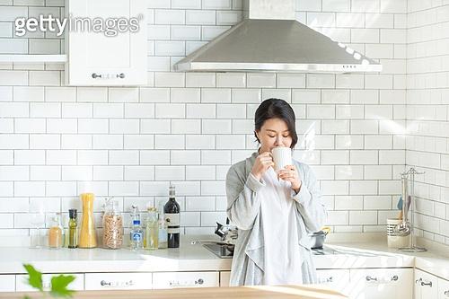 중년여자 (성인여자), 가정주방 (주방), 전업아내 (고정관념), 휴식, 차 (뜨거운음료), 마시기