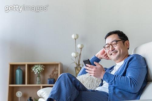 중년 (성인), 남성, 소파, 스마트폰, 휴식