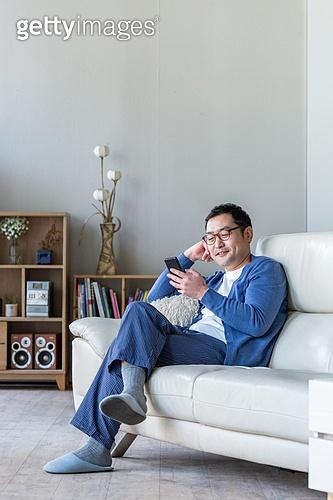 중년 (성인), 남성, 소파, 스마트폰, 휴식, 미소