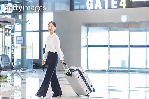 공항, 공항라운지 (공항), 출장, 떠남, 승객, 승객 (여행하기), 여정, 한국인, 한국인 (동아시아인), 바퀴달린여행가방 (짐), 여행가방 (짐), 여행, 떠남 (컨셉), 여행자 (역할), 김포공항, 출입국 (사회현상), 공항터미널 (공항)