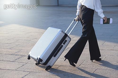 공항, 공항터미널 (공항), 출장, 비즈니스우먼 (사업가), 떠남, 여정, 승객, 여행가방 (짐), 바퀴달린여행가방 (짐)