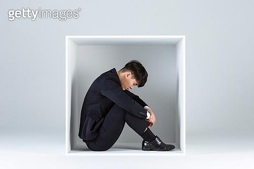 상자 (용기), 한국인 (동아시아인), 비즈니스맨 (사업가), 직장내괴롭힘 (괴롭힘), 취업준비생 (역할), 스트레스, 불만, 비즈니스, 신입사원 (화이트칼라), 신입사원, 역경, 인턴, 인턴 (직업), 실패 (컨셉), 걱정 (어두운표정)