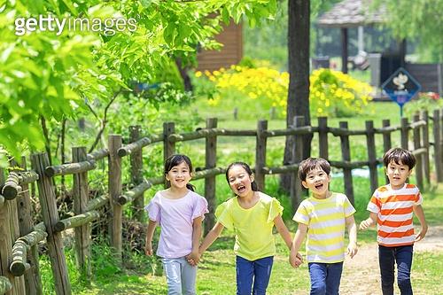 어린이 (인간의나이), 초등학생, 손잡기, 걷기 (물리적활동), 미소, 즐거움