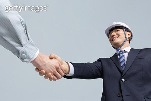 한국인, 건설현장 (인조공간), 건설업 (산업), 팀워크, 협력, 협력 (컨셉), 팀워크 (협력), 합의 (컨셉), 건축, 계약, 악수, 악수 (제스처)