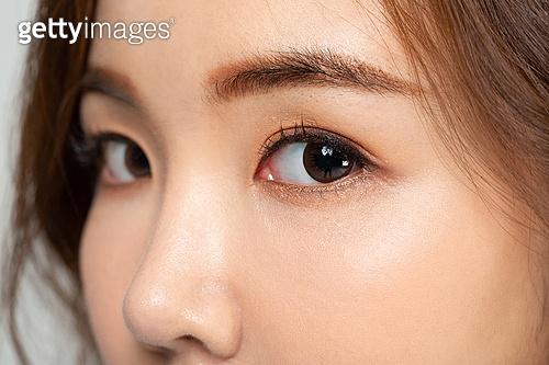 여성, 얼굴 (사람머리), 사람눈 (주요신체부분), 눈동자, 응시 (감각사용)