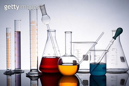 실험실장비, 과학실험 (사건), 의학 (과학), 연구 (주제), 유리, 실험유리기구, 원뿔플라스크, 교육 (주제), 플라스크, 컬러 (Image Type), 빨강, 주황, 파랑, 노랑색 (색상), 보라, 피펫 (실험실장비)