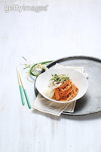 비빔국수 (국수),면,매콤한음식,음식,국수,젓가락,쟁반