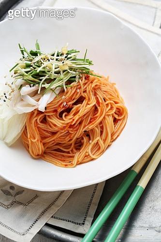 비빔국수 (국수),면,매콤한음식,국수,그릇,접시,젓가락