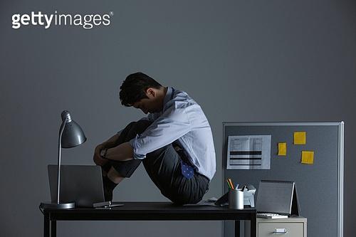 사무실 (업무현장), 비즈니스맨, 번아웃증후군 (격언), 피로 (물체묘사), 과로, 야간근무 (고용문제), 우울