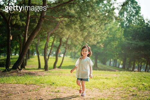 한국인, 어린이 (인간의나이), 유치원생, 소녀 (여성), 방학, 즐거움, 걷기, 행복 (컨셉)