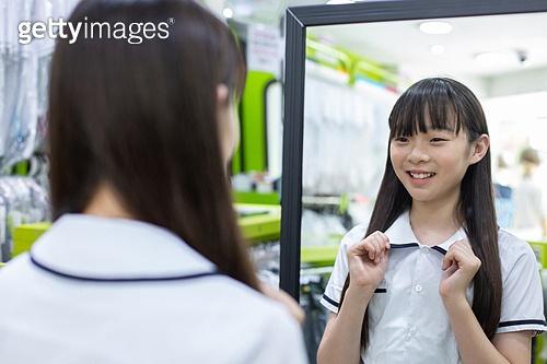 십대소녀 (여성), 교복, 고르기 (응시), 개학 (교육), 미소, 만족