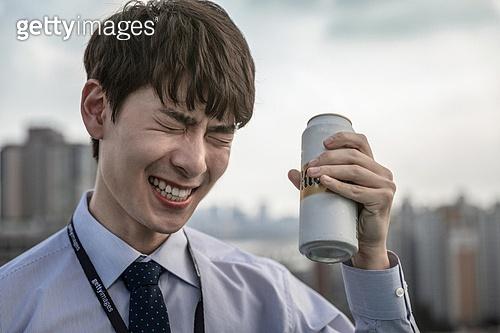 한국인, 얼굴표정, 비즈니스맨, 맥주, 차가운음료, 마시기, 쾌활한표정 (밝은표정), 신입사원