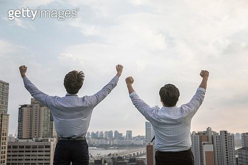 한국인, 비즈니스맨, 청년 (성인), 성원 (컨셉), 대화 (말하기), 팔들기, 고함 (말하기), 뒷모습, 결의, 성공, 성공 (컨셉), 만세, 도전, 도전 (컨셉)