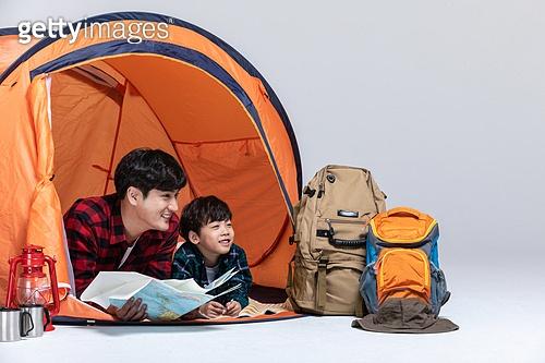 아빠, 아들, 캠핑, 함께함 (컨셉), 엎드림 (눕기), 지도, 미소, 응시 (감각사용)