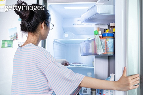 여성, 싱글라이프 (주제), 라이프스타일 (주제), 식사, 가정주방 (주방), 냉장고, 열기 (움직이는활동)