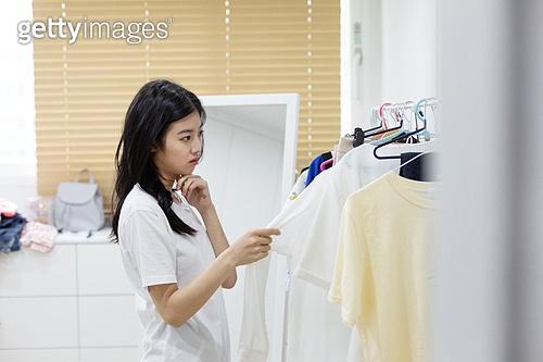 여성, 싱글라이프 (주제), 라이프스타일 (주제), 옷걸이 (인조물건), 옷, 방, 고르기 (응시), 걱정 (어두운표정)