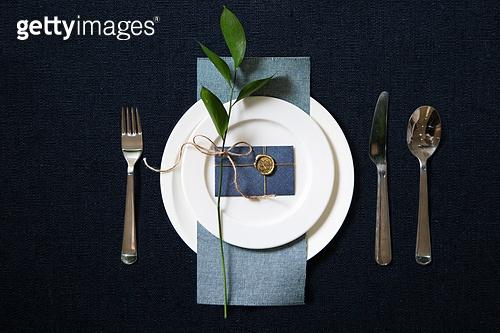 접시, 그릇, 사람없음, 실내, 잎, 테이블, 식탁보, 정찬, First Class (Vehicle Seat), 축하카드, 골동품 (구식패션), 숟가락, 포크, 식탁용나이프 (커트러리)