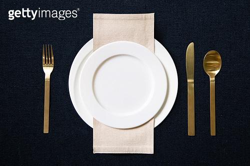 접시, 그릇, 사람없음, 실내, 테이블, 식탁보, 정찬, First Class (Vehicle Seat), 축하카드, 골동품 (구식패션), 숟가락, 포크, 식탁용나이프 (커트러리)