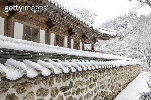 사진, 풍경 (컨셉), 겨울, 눈 (얼어있는물), 설경, 지붕, 사찰, 기와, 돌담