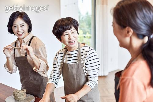 중년 (성인), 여성, 도예 (도자기), 만들기 (움직이는활동), 공예품 (예술품), 미소