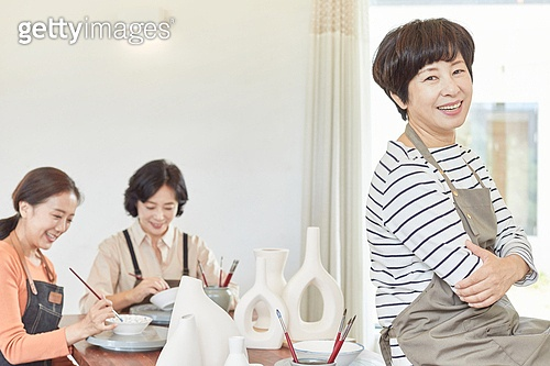 중년 (성인), 여성, 도예 (도자기), 만들기 (움직이는활동), 공예품 (예술품), 미소, 밝은표정