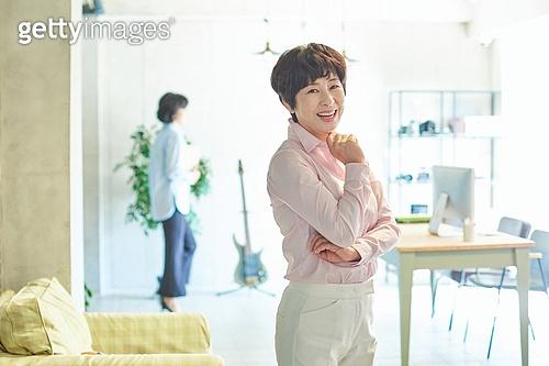 중년여자 (성인여자), 스타트업 (소기업), 비즈니스우먼 (사업가), 미소