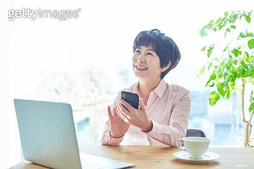 중년여자 (성인여자), 스타트업 (소기업), 비즈니스우먼 (사업가), 미소, 스마트폰, 생각 (컨셉)