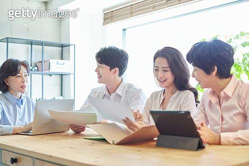 중년여자 (성인여자), 스타트업 (소기업), 비즈니스우먼 (사업가), 비즈니스미팅 (미팅), 미소