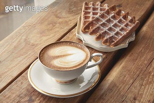 실내, 창문, 카페, 계절, 겨울, 뜨거움, 테이블, 커피 (뜨거운음료), 커피잔, 라떼, 거품아트 (카푸치노), 가을, 디저트, 와플, 시나몬와플, 접시
