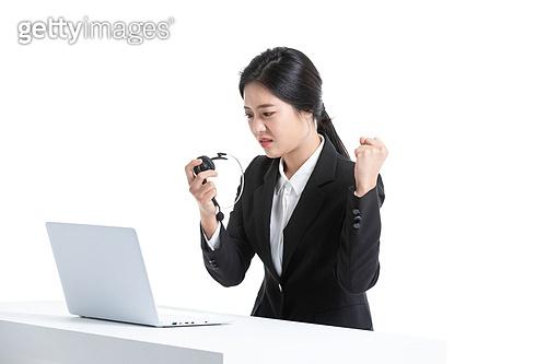 한국인, 비즈니스, 영업사원 (판매업), 서비스 (컨셉), 고객서비스상담원 (전화업무), 고객서비스상담원, 통화중 (움직이는활동), 전화업무, 콜센터 (사무실), 전화기 (원거리통신장비), 커뮤니케이션, 헤드셋 (전화기), 통신업무 (직업), 피로 (물체묘사), 스트레스 (컨셉), 불쾌함 (어두운표정), 짜증 (컨셉), 화 (컨셉), 분노