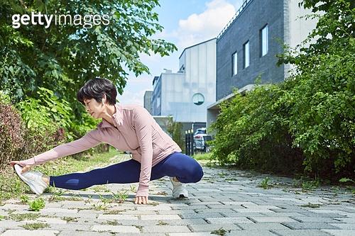 중년여자 (성인여자), 조깅 (운동), 운동, 건강한생활, 스트레칭 (물리적활동), 워밍업 (운동)