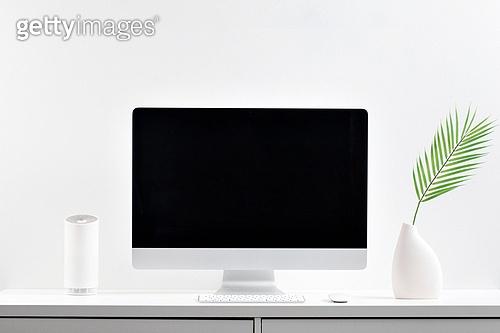 사람없음, 오브젝트 (묘사), 실내, 스튜디오촬영, 컴퓨터장비, 컴퓨터네트워크, 가전제품, 블루투스, 첨단기술, 컴퓨터, 컴퓨터키보드, 무선기술, 스마트기기 (정보장비), 컴퓨터모니터 (컴퓨터), 테이블, 사무실, 식물, 원예 (레저활동), 화분