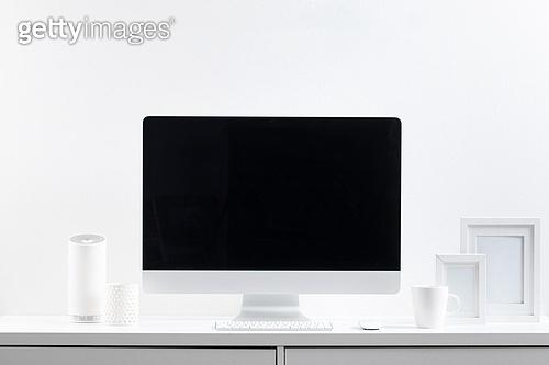 사람없음, 오브젝트 (묘사), 실내, 스튜디오촬영, 컴퓨터장비, 컴퓨터네트워크, 가전제품, 블루투스, 첨단기술, 컴퓨터, 컴퓨터키보드, 무선기술, 스마트기기 (정보장비), 컴퓨터모니터 (컴퓨터), 테이블, 사무실, 액자 (예술도구), 인공지능, 인공지능스피커 (스피커)