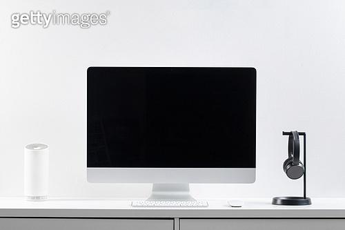 사람없음, 오브젝트 (묘사), 실내, 스튜디오촬영, 컴퓨터장비, 컴퓨터네트워크, 가전제품, 블루투스, 첨단기술, 컴퓨터, 컴퓨터키보드, 무선기술, 스마트기기 (정보장비), 컴퓨터모니터 (컴퓨터), 테이블, 사무실, 헤드폰 (오디오장비), 헤드셋 (전화기), 인공지능, 인공지능스피커 (스피커)