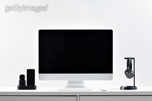 사람없음, 오브젝트 (묘사), 실내, 스튜디오촬영, 컴퓨터장비, 컴퓨터네트워크, 가전제품, 블루투스, 첨단기술, 컴퓨터, 컴퓨터키보드, 무선기술, 스마트기기 (정보장비), 컴퓨터모니터 (컴퓨터), 테이블, 사무실, 마우스 (입력도구), 이어폰, 에어팟, 휴대폰거치대, 스마트폰, 휴대폰 (전화기), 헤드폰 (오디오장비), 헤드셋