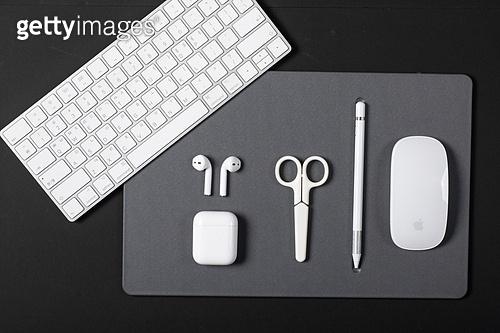 사람없음, 오브젝트 (묘사), 실내, 스튜디오촬영, 컴퓨터장비, 컴퓨터네트워크, 가전제품, 블루투스, 인공지능, 첨단기술, 무선기술, 마우스패드, 컴퓨터키보드, 에어팟, 이어폰, 가위, 펜 (필기구)