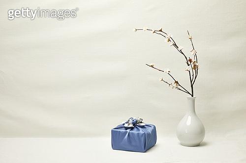 오브젝트 (묘사), 명절 (한국문화), 설 (명절), 추석 (명절), 선물 (인조물건), 선물상자, 선물세트, 기념일 (사건), 기대, 행복, 풍부 (컨셉), 포장, 한국전통, 전통문화, 한국문화 (세계문화), 한국 (동아시아), 천, 백그라운드, 보자기 (한국문화), 식물, 꽃, 조화 (꽃), 나뭇가지 (식물부분), 매화꽃 (화목류), 꽃병 (용기), 백자자기