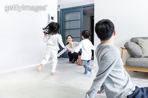 육아, 육아대디 (아빠), 엄마, 귀가, 미소, 밝은표정, 달려들기