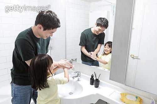집 (주거건물), 실내, 화장실 (가정용품[고정]), 아빠, 딸, 손씻기