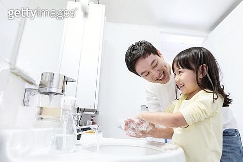 집 (주거건물), 실내, 화장실 (가정용품[고정]), 아빠, 딸, 손씻기, 비누거품 (거품)