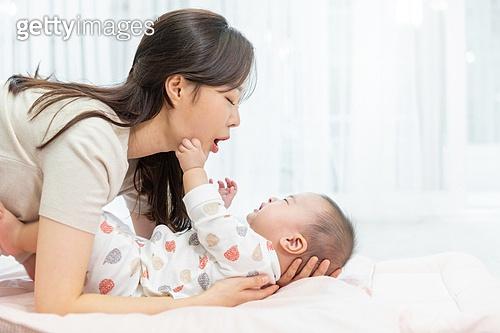 육아, 아기 (나이), 남자아기 (남성), 엄마, 육아맘 (엄마), 육아맘, 돌보기 (컨셉)