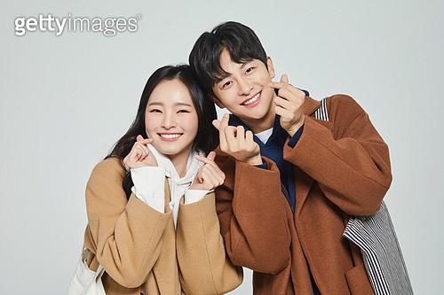 한국인, 대학생, 청년 (성인), 따뜻한옷 (옷), 데이트, 커플, 커플 (인간관계), 데이트 (로맨틱), 행복, I Love You (짧은문구), 하트 (컨셉심볼)