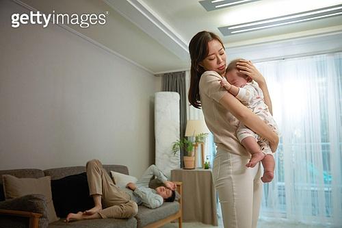 아기 (나이), 엄마, 돌보기 (컨셉), 육아맘, 신생아 (0-1개월), 스트레스, 짜증, 울음 (얼굴표정), 남편, 아내, 소파, 눕기 (몸의 자세), 무관심