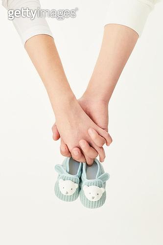 아내 (가족구성원), 커플 (인간관계), 임신 (물체묘사), 함께함, 손잡기, 사람손 (주요신체부분)